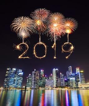 2019 fuochi d'artificio di felice anno nuovo sparkle con la costruzione del quartiere centrale degli affari di singapore durante la notte