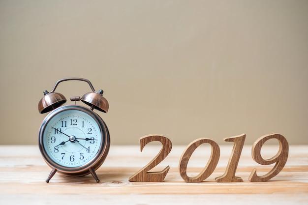 2019 happy new years con retro sveglia e numero di legno