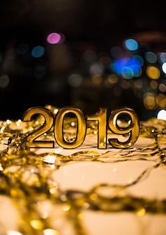 2019 numeri tra tinsel sulla lavagna bianca