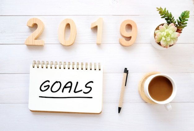 2019 obiettivi sulla carta del taccuino al fondo della scrivania, segno dell'insegna