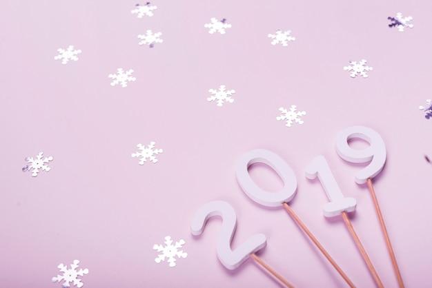 2019 oggetti di scena in legno circondati da fiocchi di neve decorativi