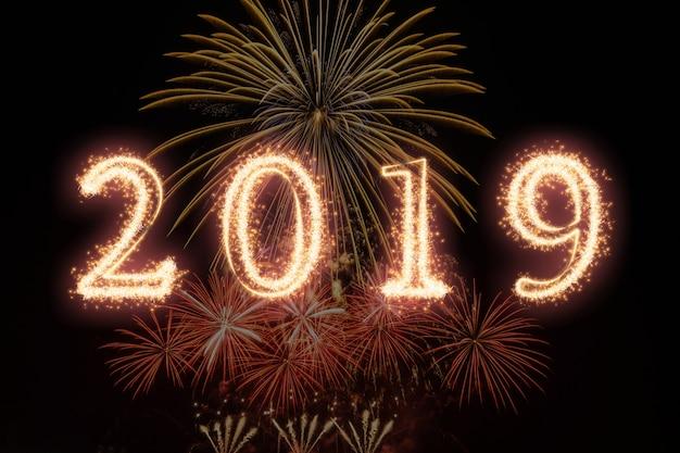2019 scritto con fuochi d'artificio sparkle su fuochi d'artificio con sfondo scuro, felice anno nuovo celeb