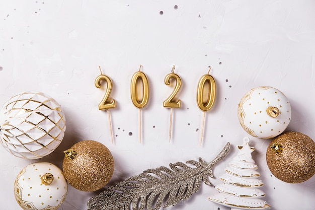 2020 candele natalizie come simbolo del nuovo anno