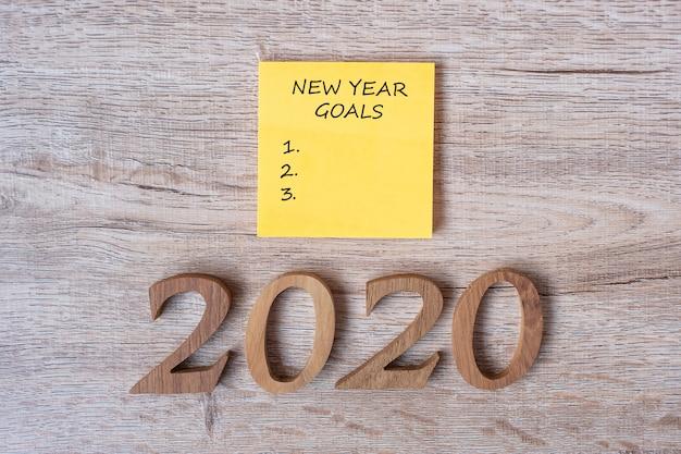 2020 happy new years obiettivo sulla nota di carta gialla