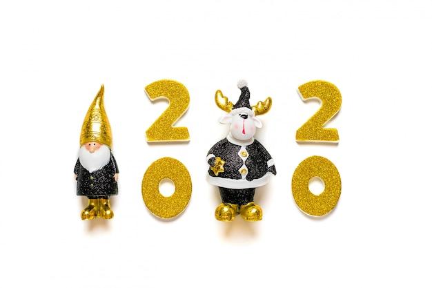 2020 numeri decorati con glitter oro, elfi, cervi in colore nero, dorato isolato su sfondo bianco.