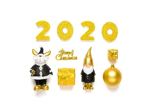 2020 numeri decorati con scintillio, elfo, cervo, pallina in nero, colore dorato isolato su sfondo bianco. felice anno nuovo, buon natale concetto