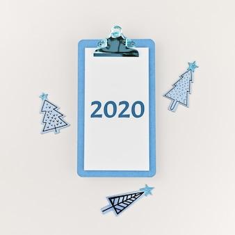 2020 sulla lavagna per appunti e sugli alberi di natale divertenti dipinti di legno su bianco