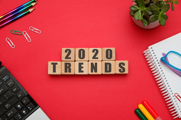 2020 tendenze concetto di composizione piatta laica con cubi di legno nell'area di lavoro dell'ufficio sul tavolo rosso