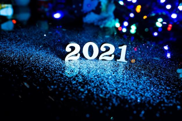2021 felice anno nuovo numero di legno decorazioni natalizie e neve con sfondo luminoso e copia spazio