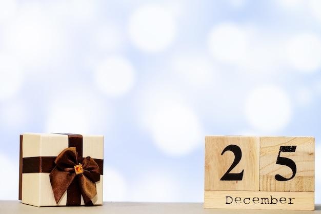 25 dicembre e decorazioni natalizie su sfondo blu