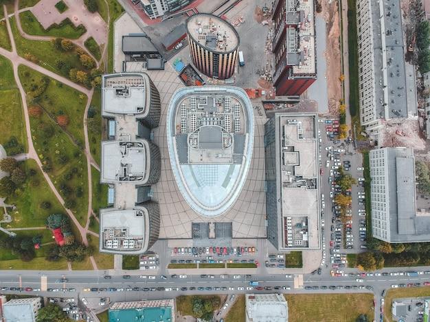 26.07.2019 san pietroburgo, russia - foto aerea di un centro commerciale grattacielo di vetro, banca, torre centrale e due edifici del complesso alberghiero e di ristorazione.