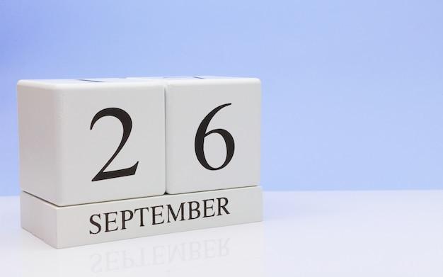26 settembre giorno 26 del mese, calendario giornaliero sul tavolo bianco con la riflessione