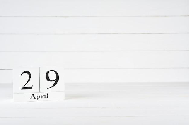 29 aprile, giorno 29 del mese, compleanno, anniversario, calendario del blocco di legno su fondo di legno bianco con lo spazio della copia per testo.