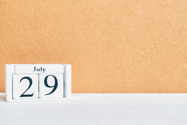 29 luglio - concetto del calendario mese ventinovesimo giorno su blocchi di legno. copia spazio
