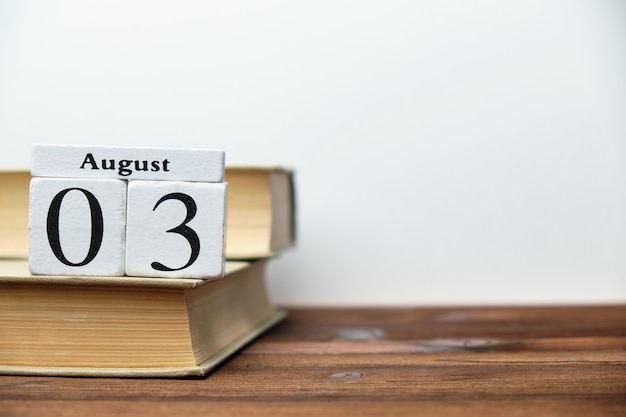3 agosto - concetto del calendario mese di terzo giorno su blocchi di legno con spazio di copia