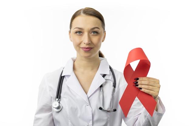 30s dottoressa con nastro rosso per aids aids consapevolezza sul muro bianco