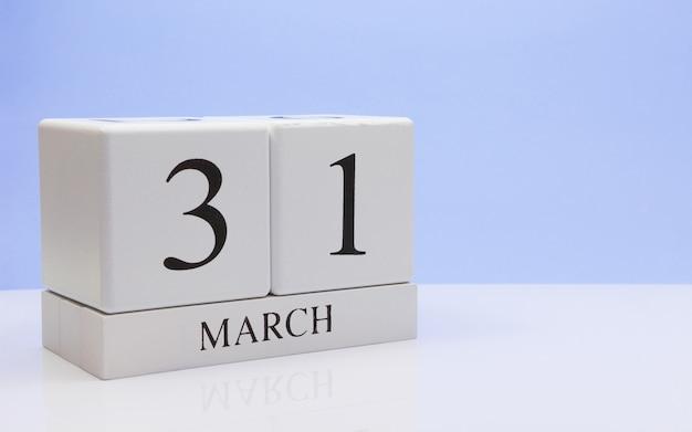 31 marzo giorno 31 del mese, calendario giornaliero sul tavolo bianco.