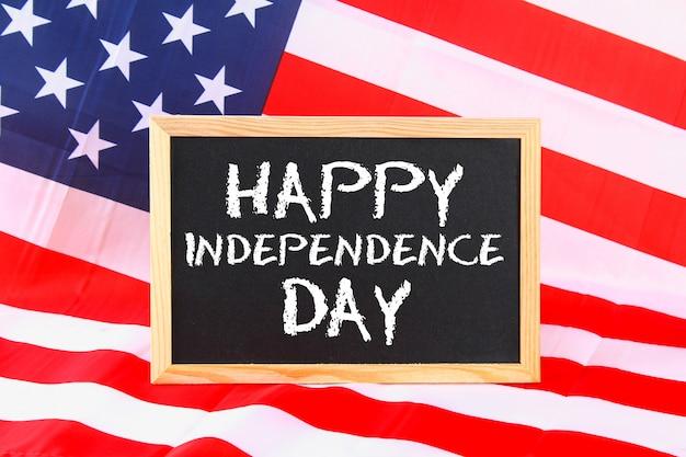 4 luglio testo happy independence day sulla bandiera degli stati uniti d'america.