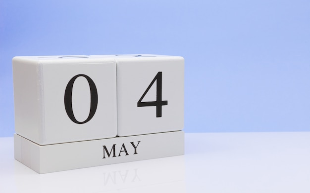 4 maggio giorno 4 del mese, calendario giornaliero sul tavolo bianco