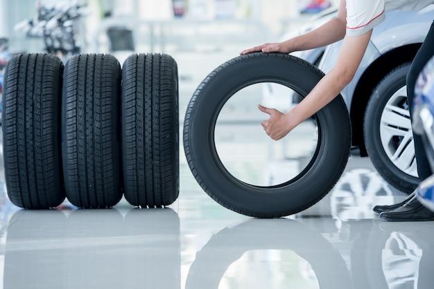 4 nuove gomme che cambiano le gomme nel centro servizi di riparazione auto