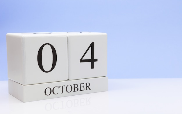 4 ottobre giorno 4 del mese, calendario giornaliero sul tavolo bianco