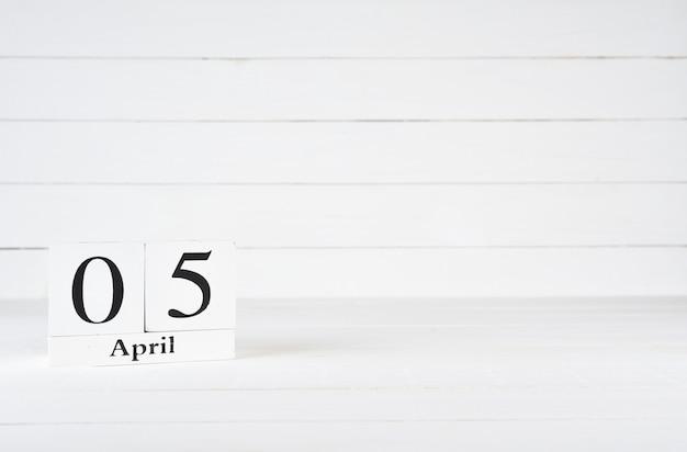 5 aprile, giorno 5 del mese, compleanno, anniversario, calendario del blocco di legno su fondo di legno bianco con lo spazio della copia per testo.