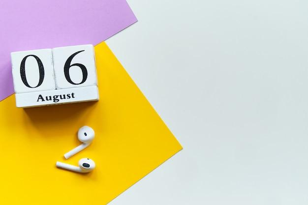 6 agosto - concetto del calendario del mese del sesto giorno sui blocchi di legno con lo spazio della copia