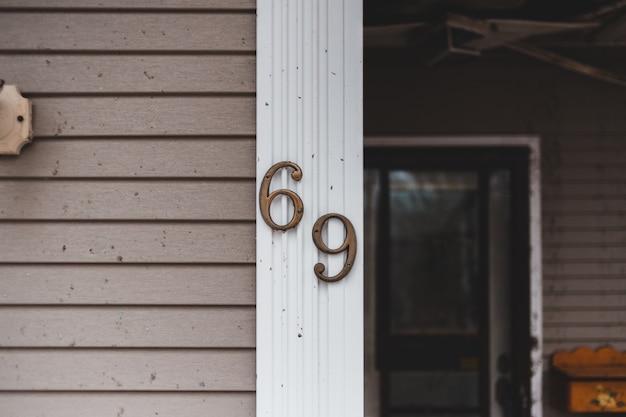 69 sulla fotografia ravvicinata della parete