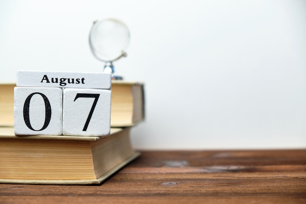 7 agosto - concetto del calendario del mese del settimo giorno sui blocchi di legno con lo spazio della copia