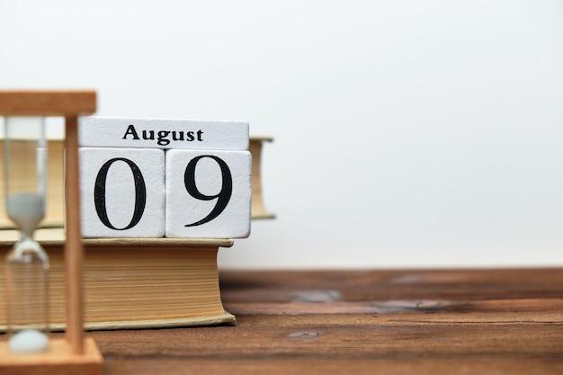 9 agosto - concetto del calendario del mese del nono giorno sui blocchi di legno con lo spazio della copia