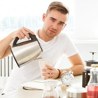 A casa, mattina. l'uomo al tavolo