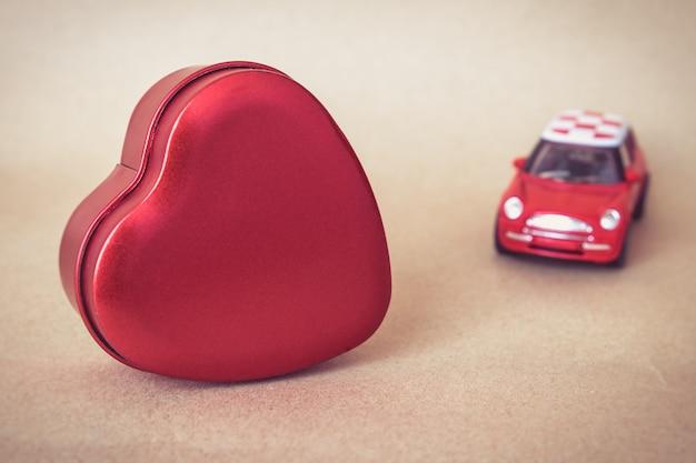 A forma di cuore con auto rossa, concetto di san valentino