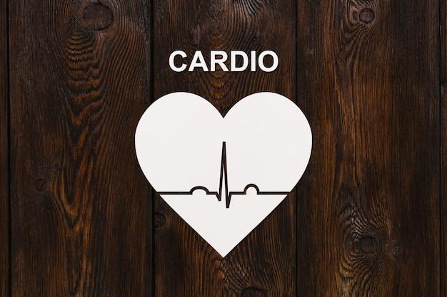 A forma di cuore con ecocardiogramma e testo cardio. concetto di sport o cardiologia