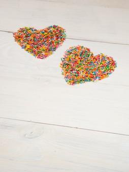 A forma di cuore dai confetti di caramelle