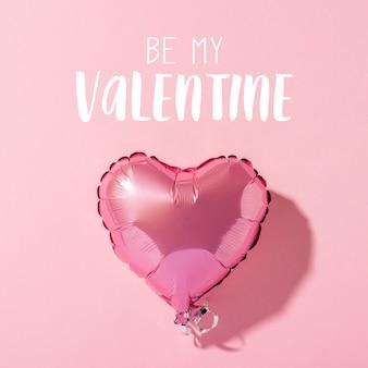 A forma di cuore dell'aerostato su una superficie rosa. concetto di san valentino