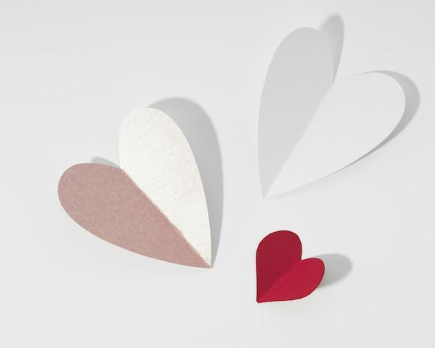 A forma di cuore di carta bianca e rossa