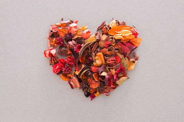 A forma di cuore di fiori e foglie essiccati. vista dall'alto