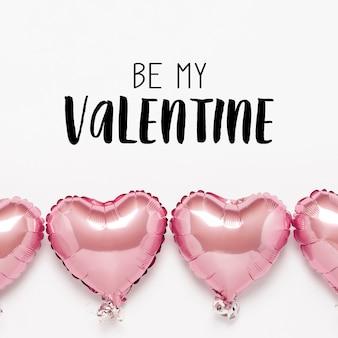 A forma di cuore di mongolfiere rosa su una superficie bianca. concetto di san valentino