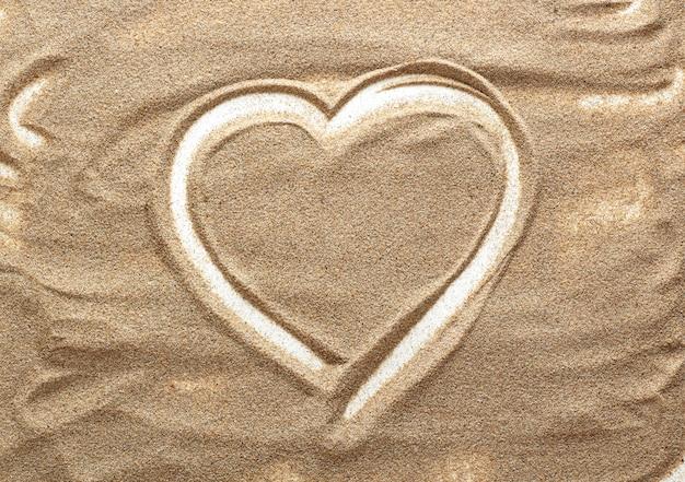 A forma di cuore di sabbia. disegni nella sabbia.