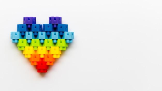 A forma di cuore fatta di blocchi lego con copia-spazio