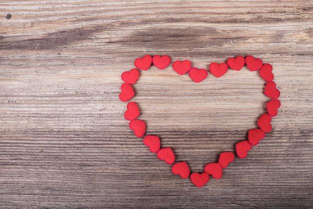 A forma di cuore fatta di tanti piccoli cuori rossi tessili