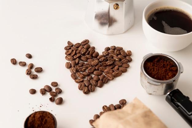 A forma di cuore fatto da chicchi di caffè