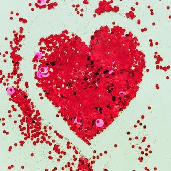 A forma di cuore fatto di lustrini rossi