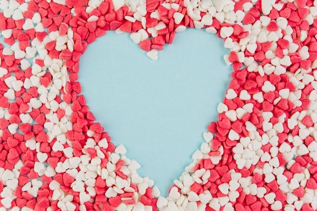 A forma di cuore formata da caramelle colorate