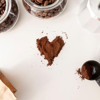 A forma di cuore in polvere di caffè