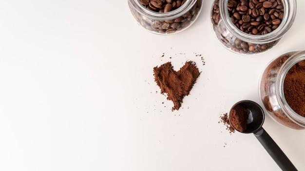 A forma di cuore nel caffè con spazio di copia