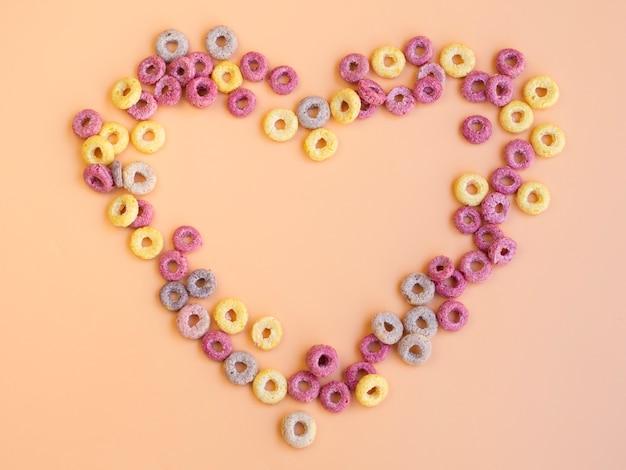 A forma di cuore realizzato con anelli di frutta