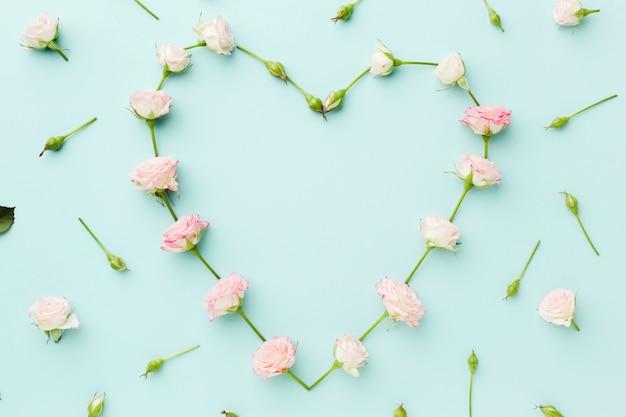 A forma di cuore realizzato con fiori piatti distesi