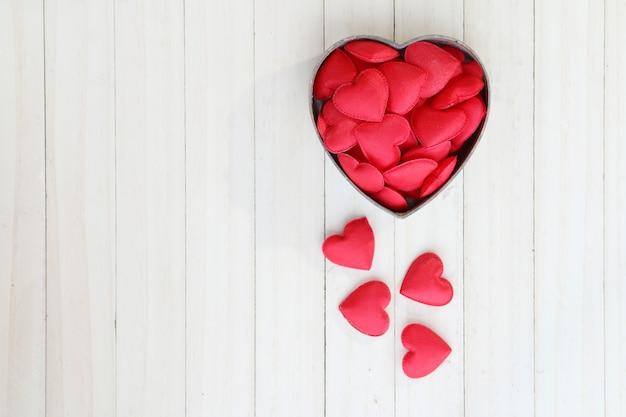 A forma di cuore rosso in scatola.