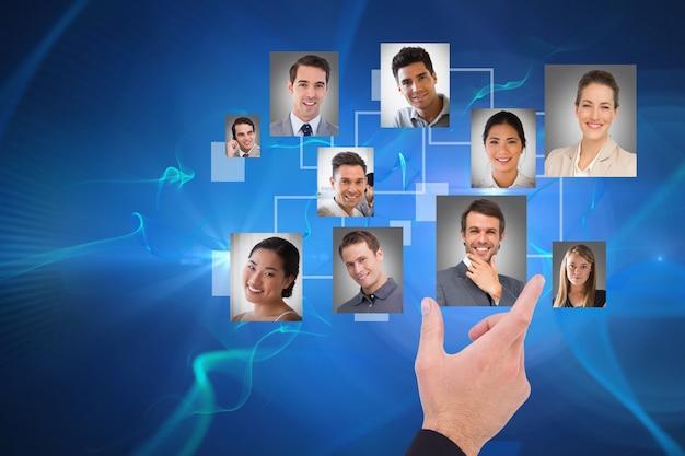 A mano selezionando una foto in uno schermo virtuale